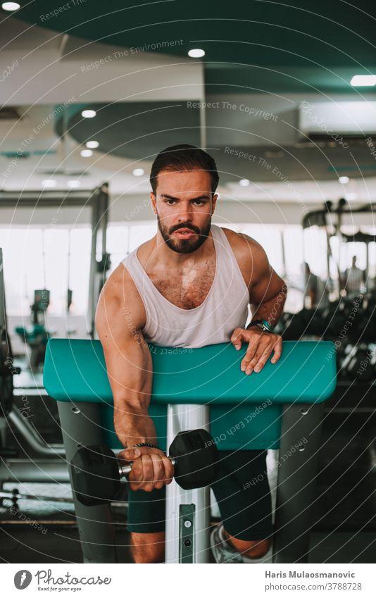 Attraktiver Mann im Fitnessstudio trainiert Bizepstraining Aktivität Erwachsener Athlet sportlich attraktiv Körper Bodybuilder Bodybuilding Selbstvertrauen