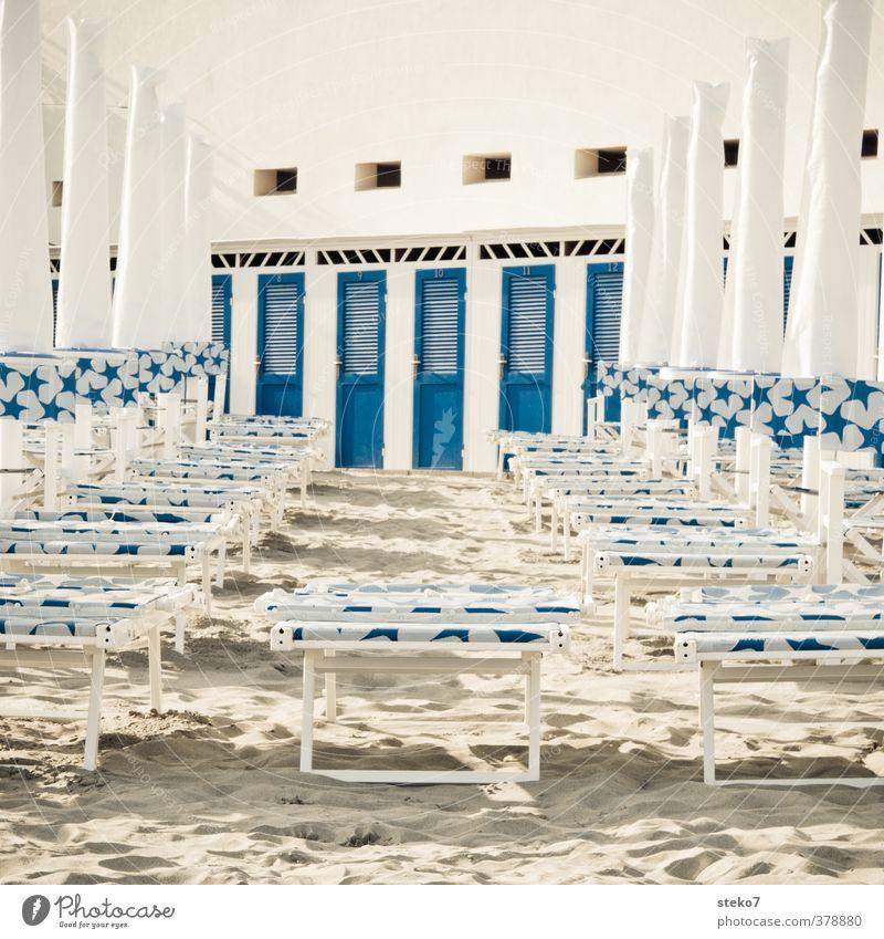 Strand-Ghetto Tourismus Sommerurlaub Sand Sauberkeit blau weiß Umkleideraum Sonnenschirm Liegestuhl Küste Gedeckte Farben Außenaufnahme Menschenleer