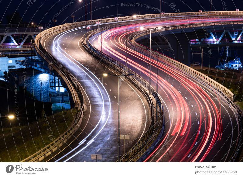 Lichtstreifen von Straßenfahrzeugen. Nachtlicht-Malstreifen. Langzeitbelichtete Fotografie. Austausch Brücke PKW Streifen Weg Geschwindigkeit lang Belichtung
