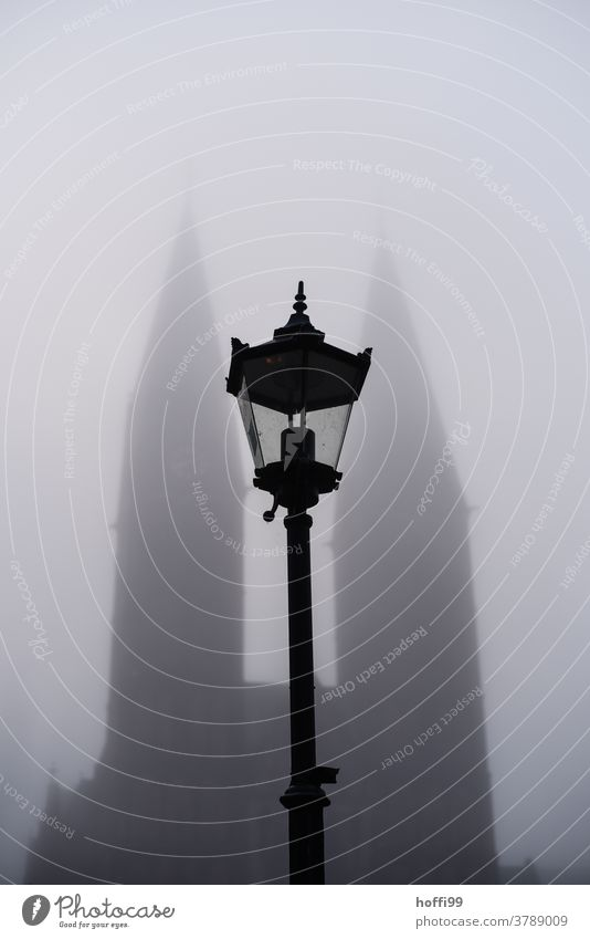Strassenlaterne vor dem vom Nebel verhüllten Dom zu Bremen Nebelstimmung Nebelschleier Straßenbeleuchtung Herbst herbstnebel Herbststimmung Kirche Stadt