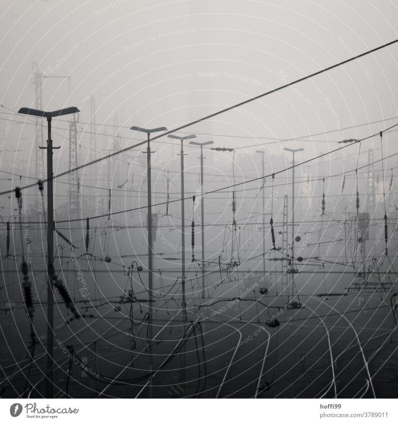 Morgennebel an den Bahngleisen Depression Morgendämmerung Nebel Nebelstimmung Gleise Nebelschleier Energie bizarr chaotisch trist modern Linie Metall Bahnhof