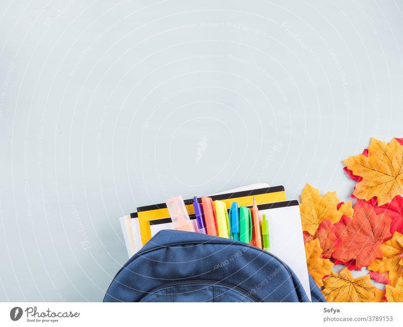 Back to school-Konzept mit Rucksack auf blau zurück zur Schule Jahr Herbst Schreibwarenhandlung Kind Buch Zubehör Bleistift Notebook Personal fallen offen