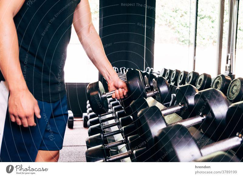 nicht erkennbarer Mann, der in der Turnhalle ein Gewicht hält Sport Fitnessstudio Athlet Beteiligung trainiert. Bodybuilding unkenntlich Arme Muskel Übung