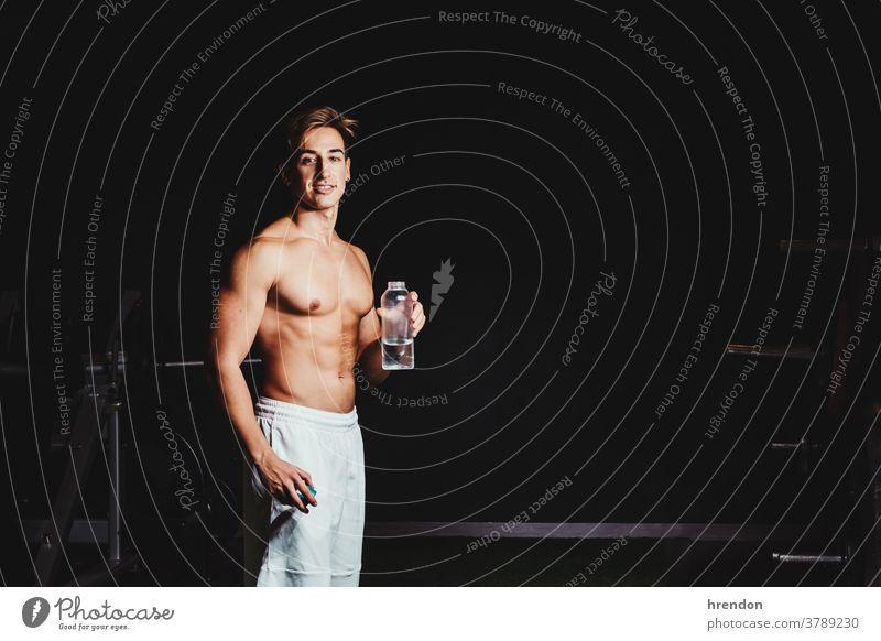 hemdloser muskulöser Mann Trinkwasser Person ohne Hemd Wasser Sport Flasche Athlet Gesundheit Lifestyle trinken männlich sportlich Fitness Muskel passen