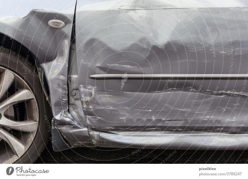 Autotür nach einem Verkehrsunfall Unfallauto Automobil Tür Schaden Blech Blechschaden Versicherung Versicherungsfall Recht Rechtsstreit Streit Unglück