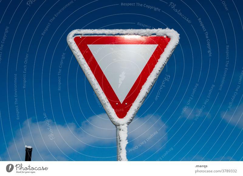 Vorfahrt achten Verkehrszeichen Verkehrsschild Sicherheit Straßenverkehr StVO Himmel Schönes Wetter Schnee Eis Winter kalt Schilder & Markierungen