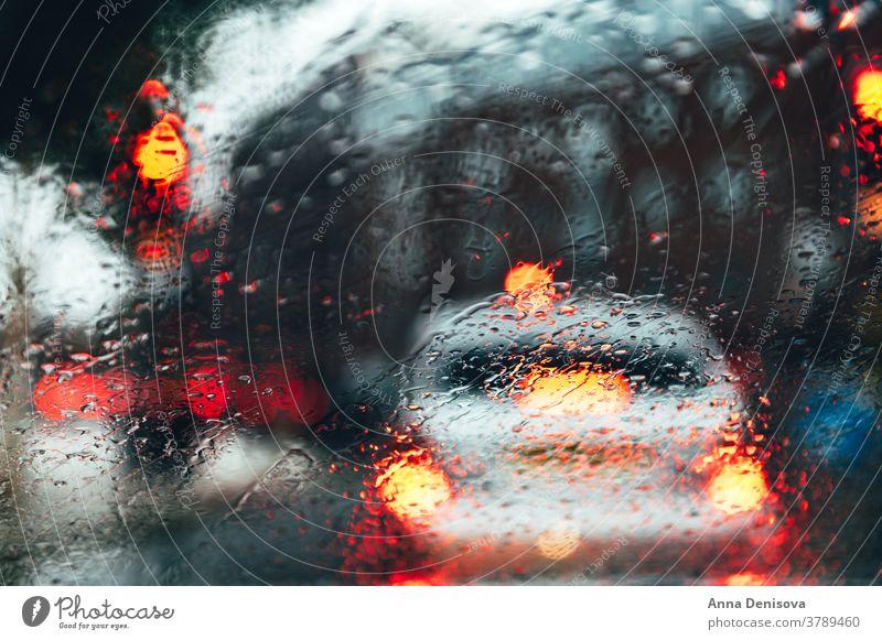 Verschwommene Stadtstraße bei dunklem Regentag Großstadt Unschärfe verschwommen Bokeh Hintergrund urban Straße Szene PKW Bewegung abstrakt Stadtzentrum Verkehr