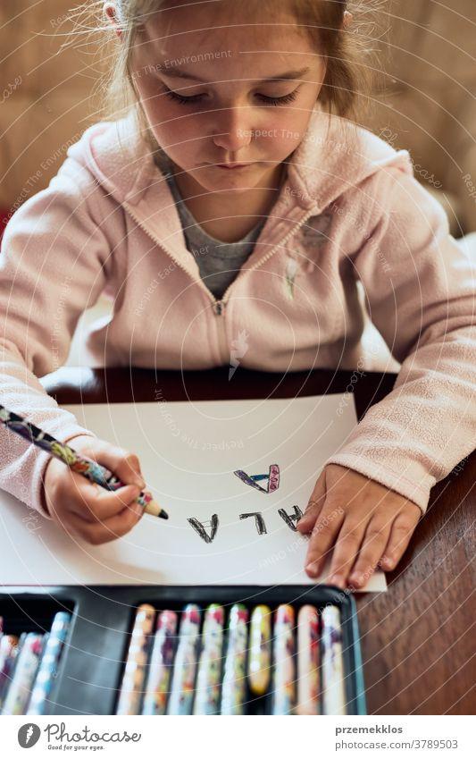 Kleines Mädchen im Vorschulalter lernt zu Hause Briefe zu schreiben Aufmerksamkeit Kaukasier Kind Kindheit niedlich Bildung lehrreich Spaß heimwärts lernen