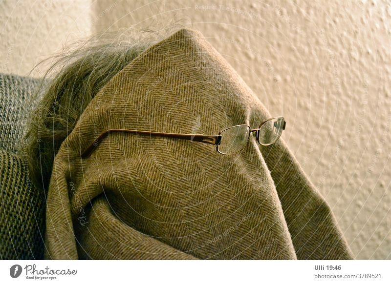 Nein! Ich möchte nicht fotografiert werden! Portrait Brillenträgerin Decke Abends Sofa gesichtslos Gesicht Lesebrille komisch Verweigerung stur bockig