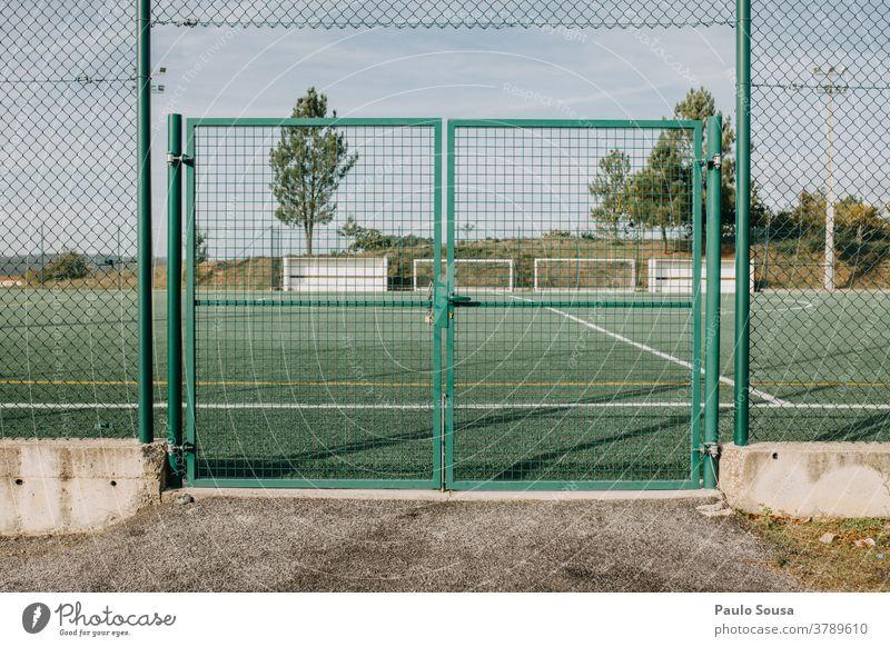 Geschlossenes Fussballfeld zugeklappt Fußballplatz Schutz Coronavirus Verbot Amateur-Fußballfeld Gras Sportplatz Freizeit & Hobby Wiese grün Ballsport Rasen