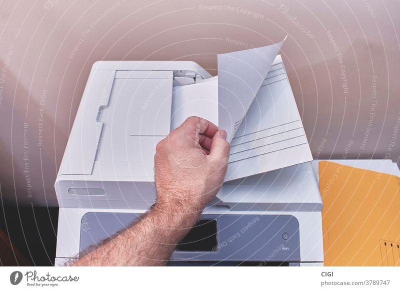 Kaukasier oder Weißer, der auf einem Kopierer oder Drucker in einem Büro fotokopiert Maschine Papier Business drucken Scanner Technik & Technologie Fotokopie