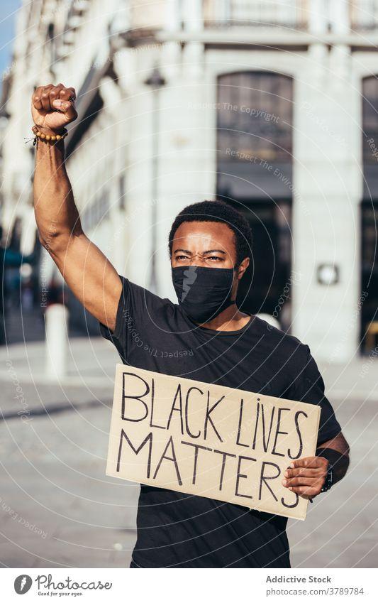 Schwarzer Mann auf Black Lives Matter Demonstration gegen Polizeibrutalität Kundgebung protestieren Menschen schwarz Rassismus Gewalt lebt sozial