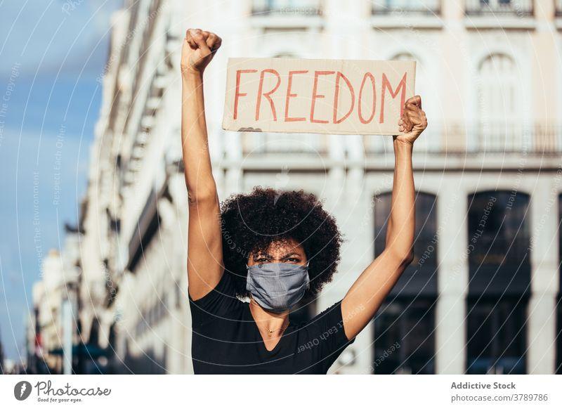 Schwarze Afro-Frau auf Demonstration gegen Polizeibrutalität Kundgebung protestieren Menschen schwarz Rassismus Gewalt lebt sozial Justiz u. Gerichte