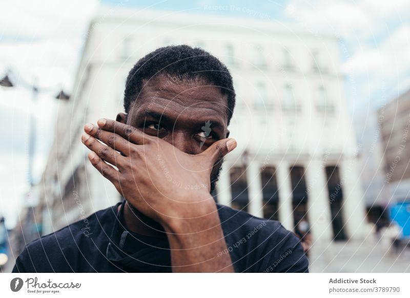 Schwarzer Mann auf Demonstration gegen Polizeibrutalität Kundgebung protestieren Menschen schwarz Rassismus Gewalt lebt sozial Justiz u. Gerichte