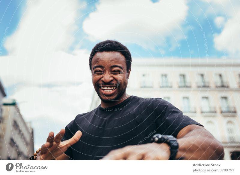 Glücklich schwarzer Mann posiert auf Stadt Umwelt Porträt Afrikanisch Menschen Amerikaner männlich Person Typ Erwachsener Ausdruck Hintergrund eine Lachen