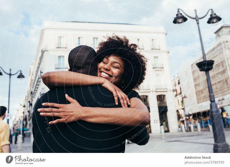 Glückliches afrikanisches amerikanisches Paar beim Umarmen Großstadt Liebe Menschen Partnerschaft umarmend Fröhlichkeit jung Frau Mann zwei Freund Romantik
