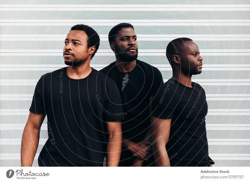 Schwarz cool Jungs posieren über weißen Hintergrund Porträt schwarz Afrikanisch Person jung männlich Erwachsener Amerikaner Mann lässig Typ gutaussehend Gesicht