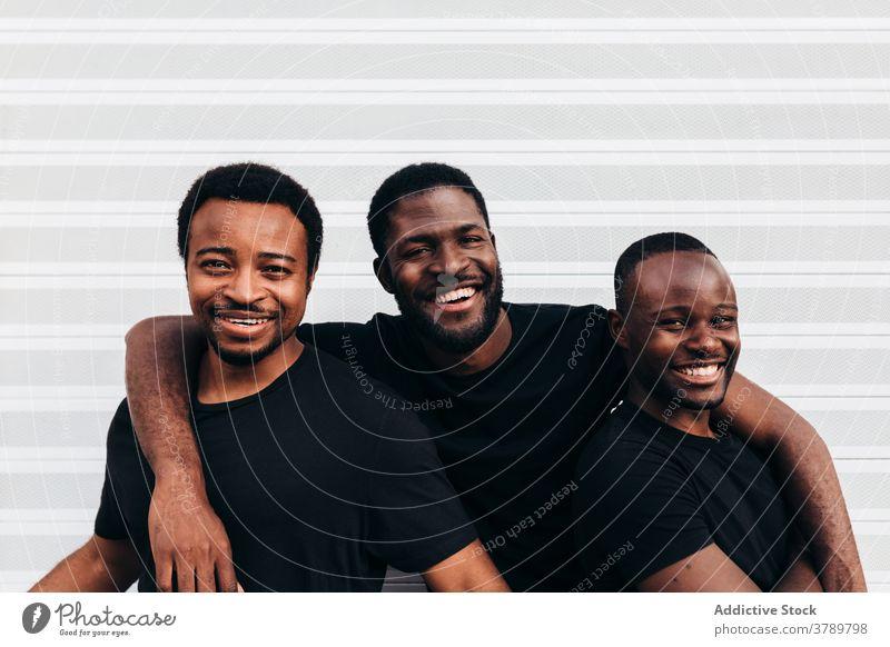 Schwarz cool Jungs posieren über weißen Hintergrund Porträt schwarz Afrikanisch Person jung Glück männlich Erwachsener Amerikaner Mann lässig Typ gutaussehend