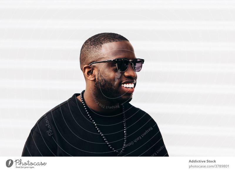 Glücklicher schwarzer Mann posiert über weißen Hintergrund Porträt Afrikanisch Menschen Amerikaner männlich Person Typ Erwachsener Ausdruck eine Lachen