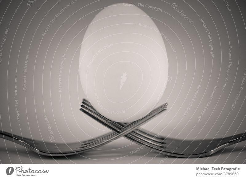 monochrome Makroaufnahme von zwei sich kreuzenden Gabeln, halten Stahl rostfrei eine Restaurant Küchenchef Metall Essen Überfahrt Abendessen Lebensmittel
