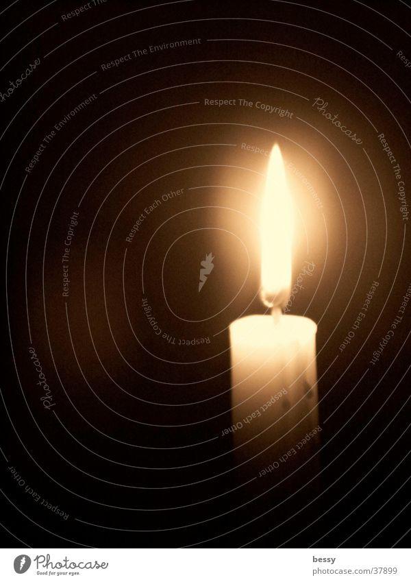 Licht ins Dunkel dunkel hell Kerze Dinge Flamme