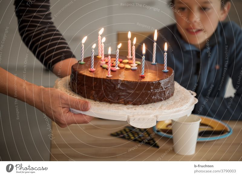 Kindergeburtstag mit Geburtstagstorte Torte Kuchen Backwaren lecker Feste & Feiern süß Innenaufnahme Party halten Hand Kerzen Geburtstagskerzen Junge