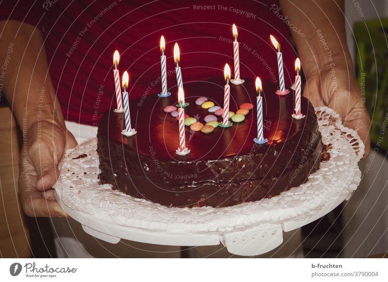 Geburtstagstorte mit Kerzen Farbfoto Feste & Feiern Kuchen Backwaren süß lecker Torte Schokoladetorte feiern halten hand Kindergeburtstag