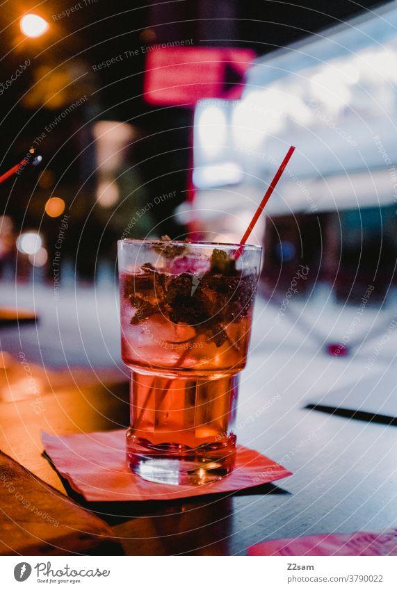 Cocktail in einer Bar gardasee Urlaub trinken getränk ausgehen Alkohol Smartphone warten verabredet Cocktailbar Glas Getränk Erfrischungsgetränk Nachtleben