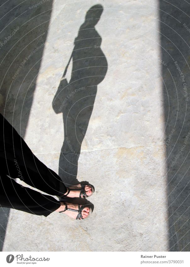 Schatten einer schwangeren Frau Baby Bauch Konzept Familie Fuß Mädchen Fröhlichkeit heimwärts Bein Leben lieblich Mutterschaft Person Schwangerschaft