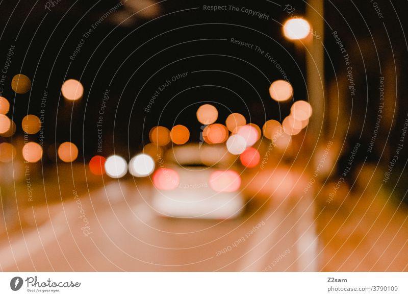 Nächtlicher Verkehr in der Innenstadt verkehr straßenverkehr Auto fahren nacht dunkel Lichter urban Stadt unschärfe verschwommen Alkohol trunkenheit gefahr
