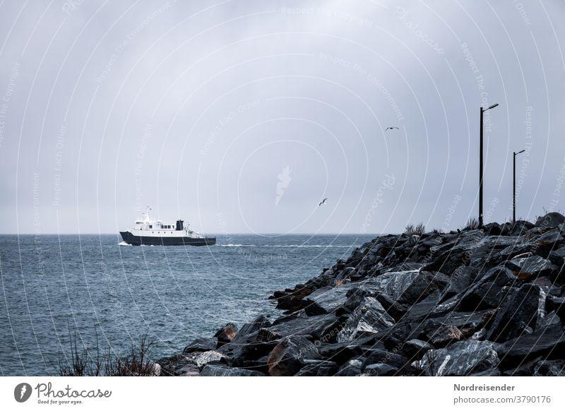 Kleine Fähre im Polarmeer vor Norwegen fähre norwegen troms insel fährverbindung maritim schiff fährschiff anleger fährhafen karg mole straßenlampe melancholie