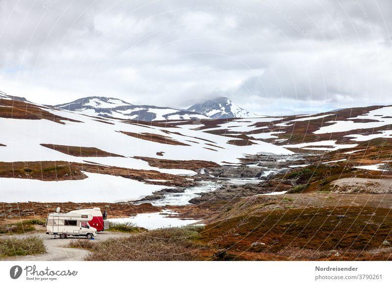 Zwei Wohnmobile im Hochgebirge des Marsfjell in Schweden wohnmobil camping campingplatz schnee eis frost berge fluss wasser winter wintercamping schweden