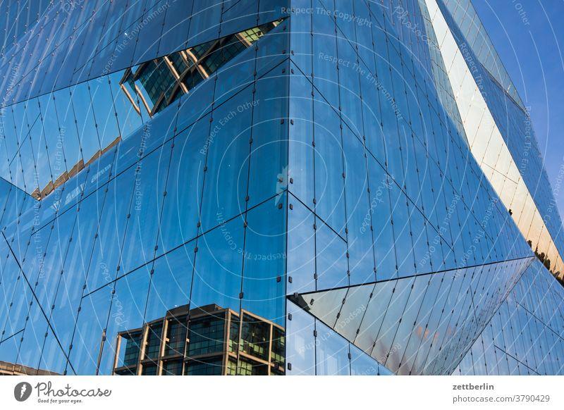 Spiegelnde Fassade am Cube Berlin architektur berlin büro city cube cube berlin deutschland dämmerung fassade froschperspektive glas hauptstadt haus himmel