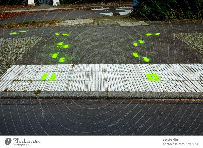 Fußgängerüberweg mit gelben Spuren abbiegen asphalt ecke fahrbahnmarkierung hinweis kante kurve linie links navi navigation orientierung rechts richtung straße