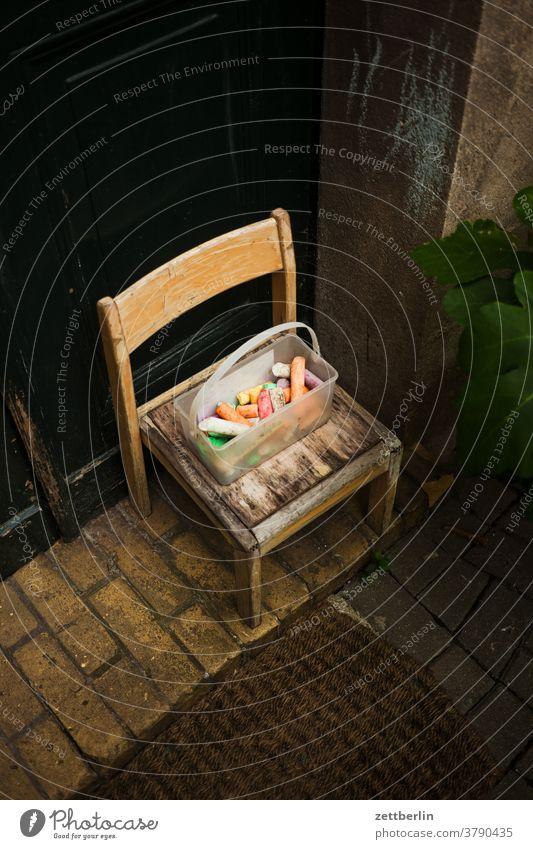 Stuhl mit Kreide altbau außen haus hinterhaus hinterhof innenhof innenstadt mehrfamilienhaus menschenleer mietshaus textfreiraum wand wohnen wohngebiet wohnhaus