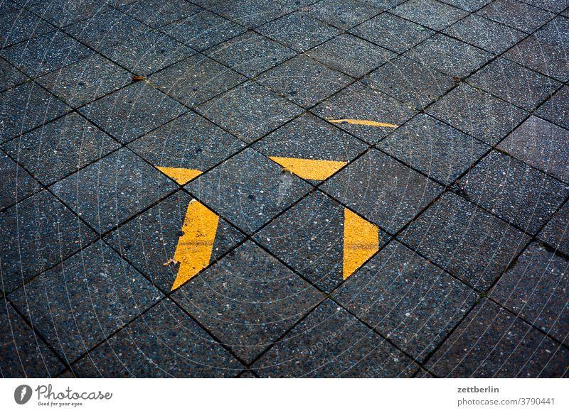 Bürgersteig mit geheimnisvollen Klebestreifen abbiegen asphalt ecke fahrbahnmarkierung fahrrad fahrradweg hinweis kante linie links navi navigation orientierung