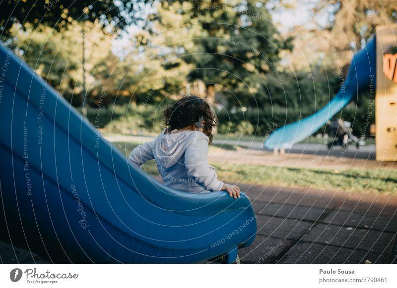Mädchen spielt auf der Rutsche Spielplatz Sliden Kindergarten Park Farbfoto Freizeit & Hobby Tag Kindheit Freude Spielen Außenaufnahme 1-3 Jahre mehrfarbig