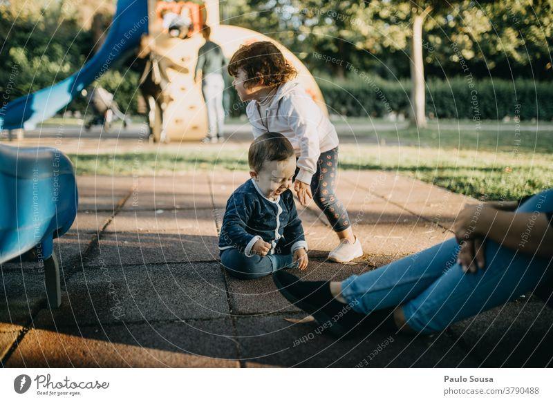 Bruder und Schwester spielen auf dem Spielplatz Geschwister Familie & Verwandtschaft Spielen Kaukasier Freundschaft Lifestyle 2 Fröhlichkeit Außenaufnahme