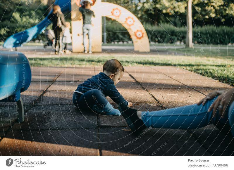Kleinkind spielt auf dem Spielplatz Kind Kindheit Kinderspiel Spielen im Freien Kaukasier 1-3 Jahre Lifestyle Leben Glück Fröhlichkeit Freizeit & Hobby Tag