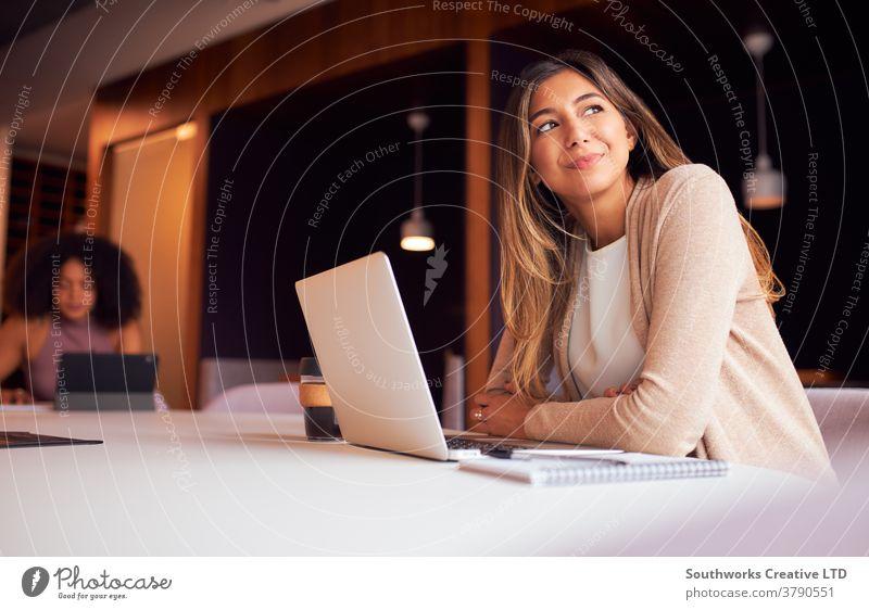 Geschäftsfrau mit Laptop bei sozial distanziertem Treffen im Büro während einer Gesundheitspandemie Business Geschäftsfrauen Sitzung soziale Distanzierung Team