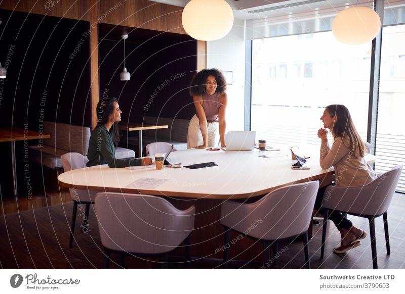Drei Geschäftsfrauen, die sich während einer Gesundheitspandemie sozial distanziert im Amt treffen Business Frauen in der Wirtschaft Sitzung