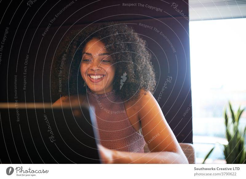 Porträt einer Geschäftsfrau, die am Besprechungstisch sitzt und am Laptop in einem modernen Großraumbüro arbeitet Business Geschäftsfrauen Sitzung Büro Sitzen