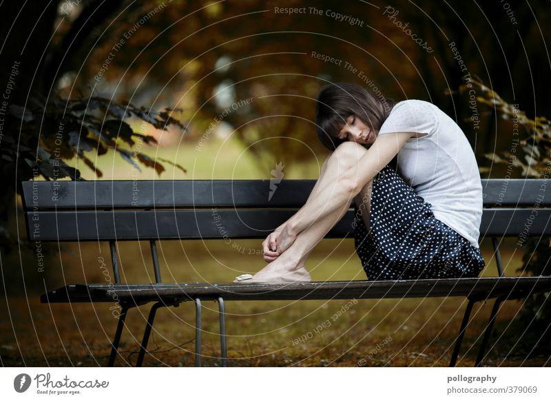 plz let me alone Mensch Frau Natur Jugendliche Sommer Pflanze Einsamkeit Junge Frau Erwachsene Wiese Leben 18-30 Jahre feminin Gefühle Gras Traurigkeit
