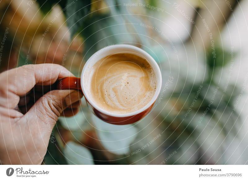 Nahaufnahme einer Hand, die eine Kaffeetasse hält Kaffeepause Espresso Tisch Farbfoto Café Kaffeetrinken Frühstück Heißgetränk Tasse Getränk Lebensmittel heiß