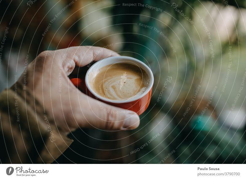 Nahaufnahme einer Hand, die eine Tasse Kaffee hält Kaffeepause Kaffeetasse Kaffeebecher Expresso Espresso Farbfoto Frühstück Lebensmittel Becher trinken