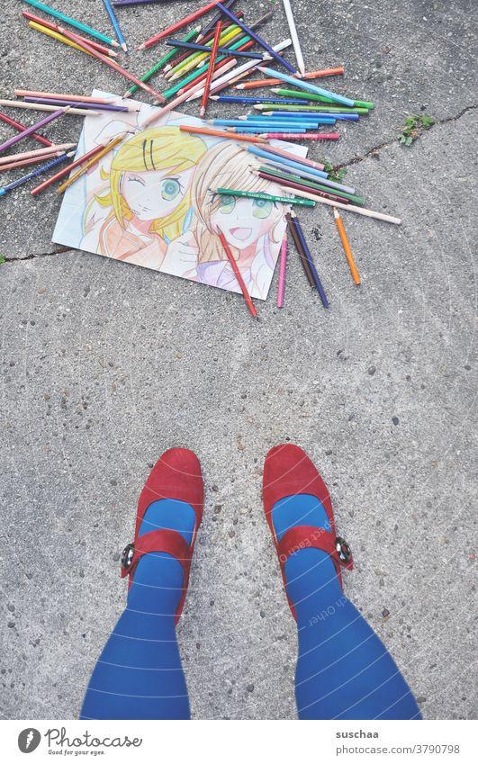 gemaltes bild liegt auf der straße mit buntstiften drumherum, frau steht daneben .. Bild malen zeichnen Kunst Künstlerin Stifte Buntstifte Beine Damenschuhe