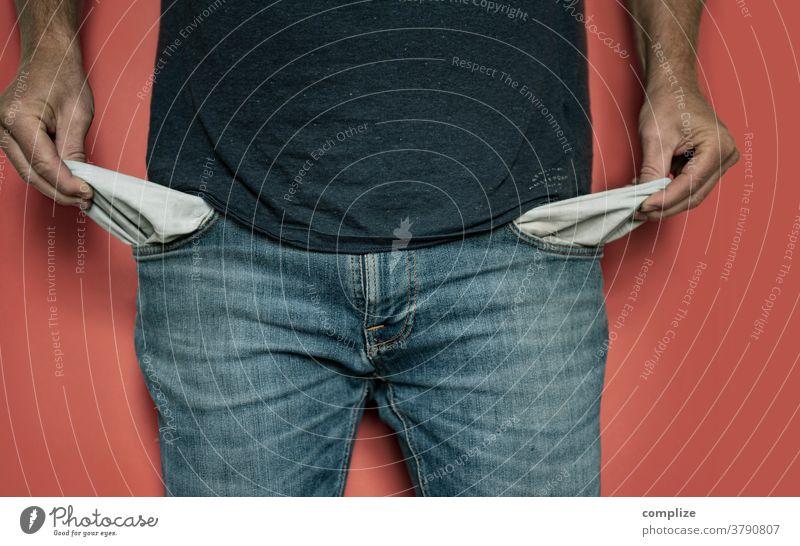 Ein Mann zeigt seine leeren Hosentaschen Armut bezahlen hosentasche Geld Finanzen banking miete bargeld ausgebrannt mittellose studenten Gebühr bezahlen ! Euro