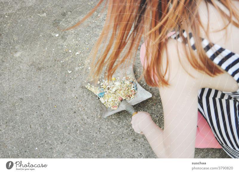 aufschippen Dreck wegmachen aufkehren Dreckwoche Kehrwoche sauber machen Schippe Frau Mädchen junge Frau Teenager weiblich Straße Haare rote Haare Sommer Hand