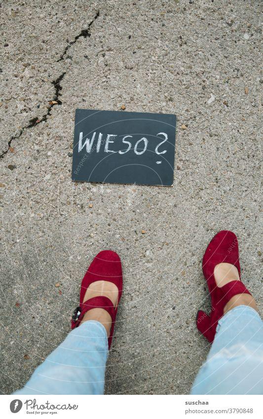 wieso? Wieso weshalb warum Wort Frage Text Buchstaben Fragezeichen Handschrift Tafel Kreide Frau Beine Füße Damenschuhe weiblich Straße Asphalt Riss