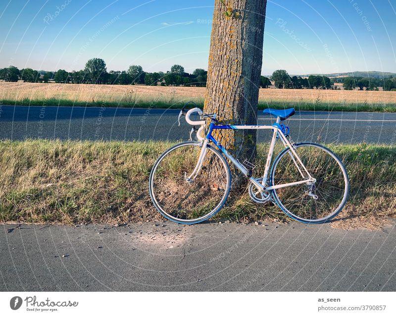 Radtour Rennrad weiss blau angelehnt Straße Feld Tour Pause Verkehr Herbst radfahren Fahrrad Oldtimer 80er 70er Stopp Baum anlehnen ausruhen retro Ausflug